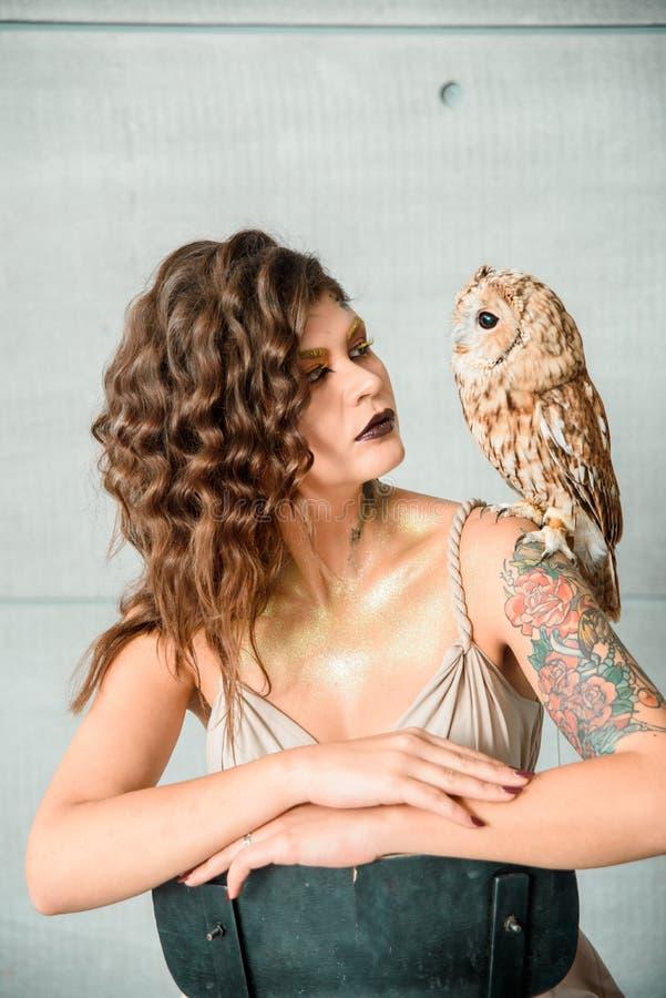 美丽的女孩画象有猫头鹰的 免版税库存照片