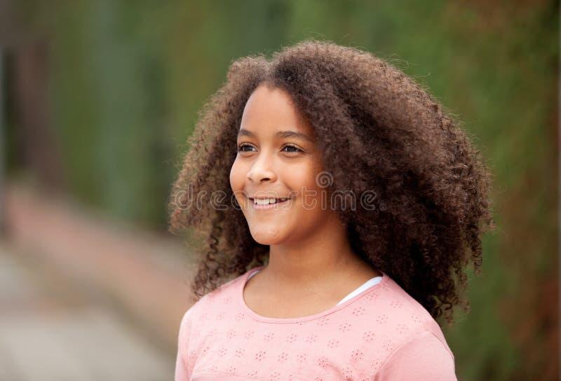 美丽的女孩画象有非洲的头发的在公园