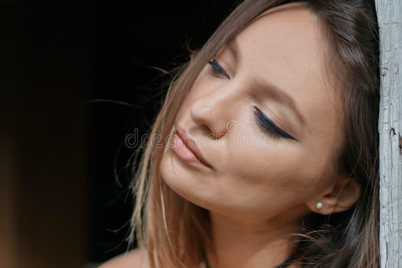 美丽的女孩画象有黑背景 免版税库存图片
