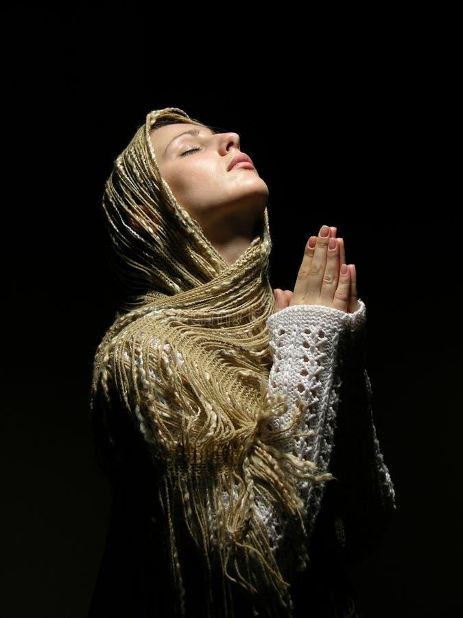 美丽的女孩祈祷的年轻人 免版税库存图片
