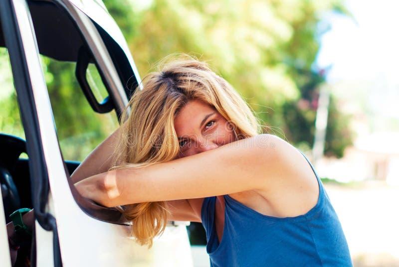美丽的女孩站立倾斜在小巴窗口 库存图片