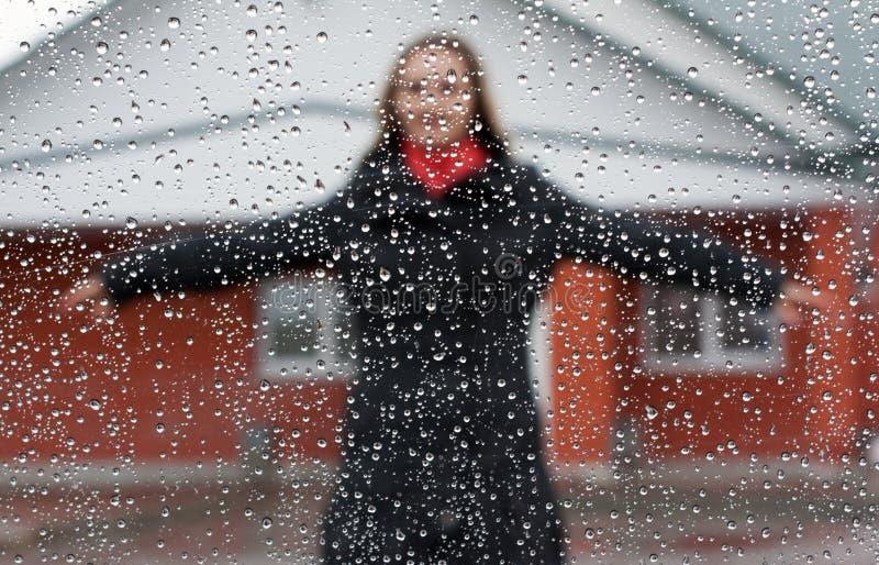 美丽的女孩红色围巾伞 免版税图库摄影