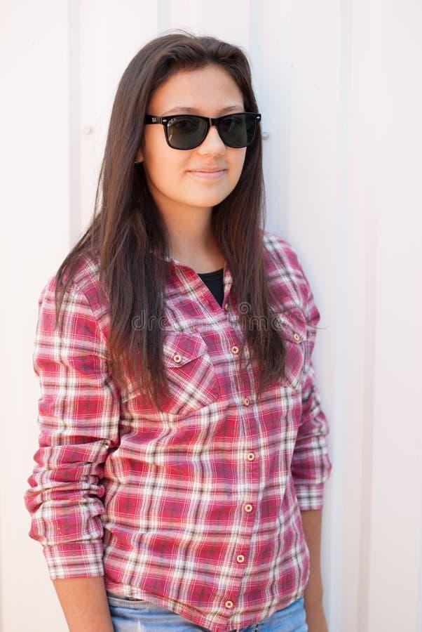 美丽的女孩纵向太阳镜 免版税库存照片