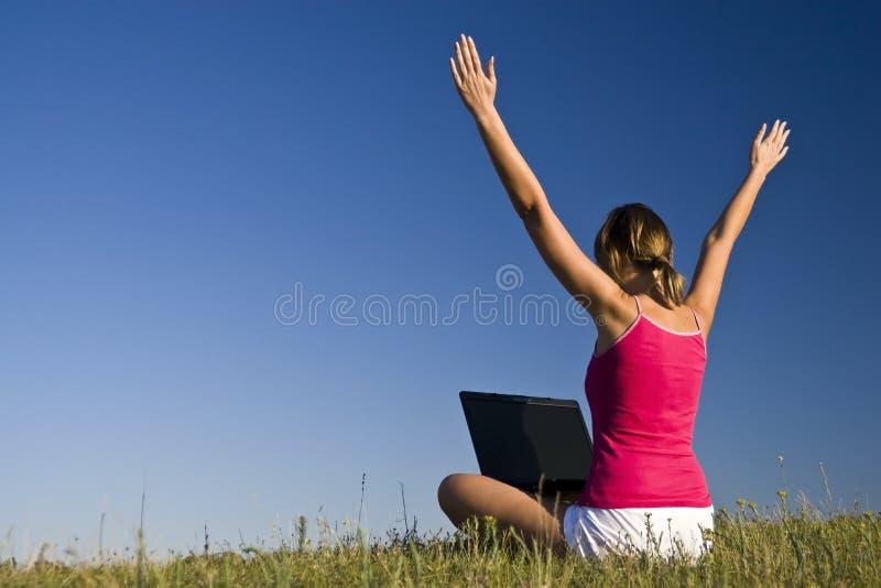 美丽的女孩膝上型计算机使用 库存照片