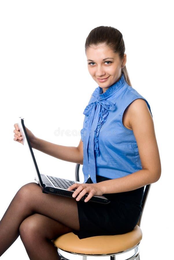 美丽的女孩膝上型计算机纵向年轻人 免版税库存图片