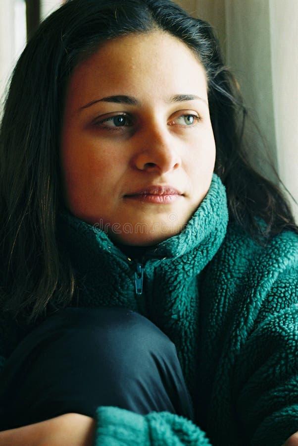 美丽的女孩认为的年轻人 免版税图库摄影