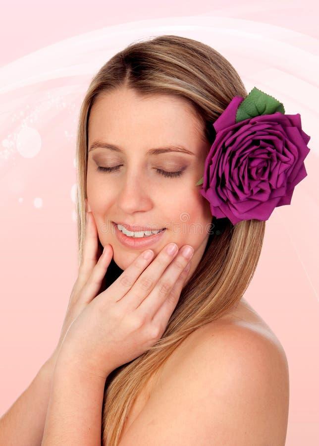 美丽的女孩隔绝与在头发的一朵玫瑰 免版税库存图片