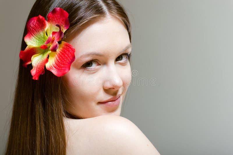 美丽的女孩面孔&花。完善的皮肤。 免版税库存照片