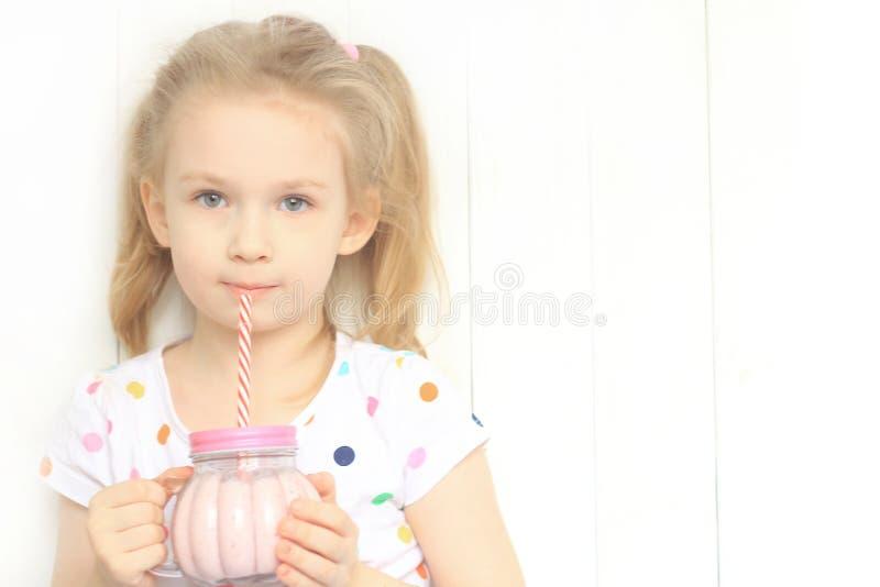美丽的女孩饮用的圆滑的人震动 免版税库存图片