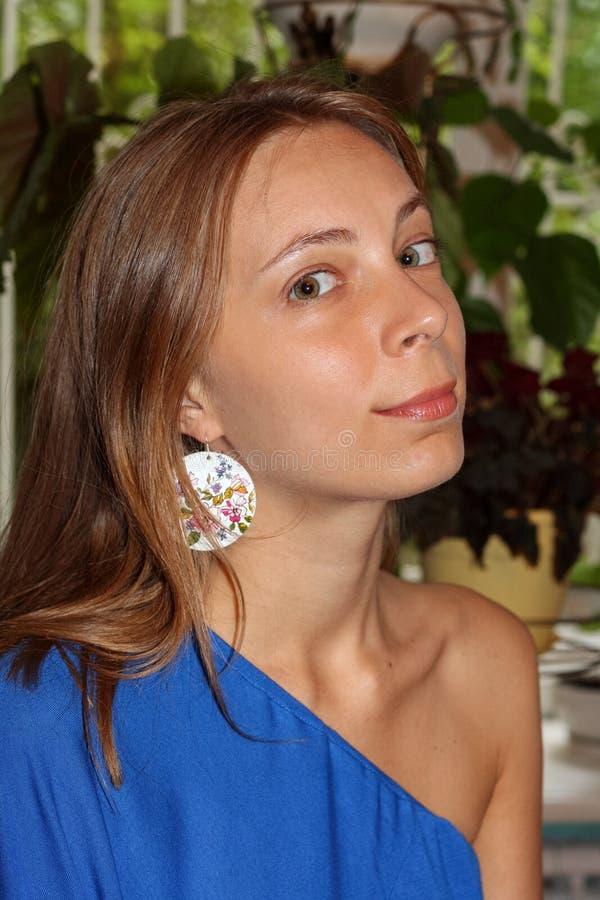 美丽的女孩首肩画象蓝色礼服的 免版税图库摄影