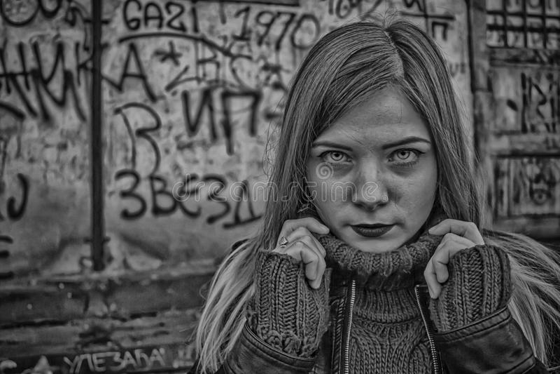 美丽的女孩黑白在HDR 免版税库存照片