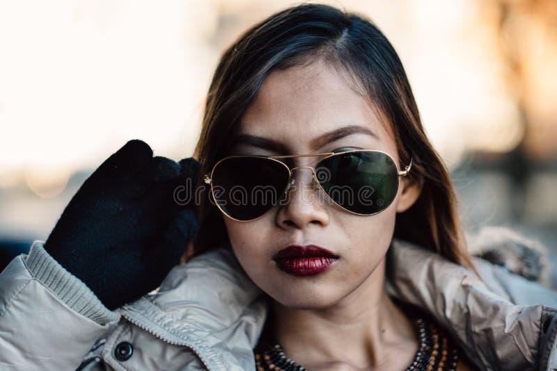 年轻美丽的女孩,减速火箭的时尚样式画象有太阳镜的 库存照片