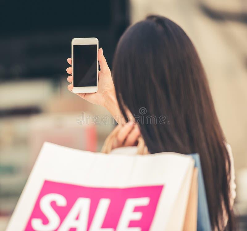 美丽的女孩去的购物 免版税库存图片