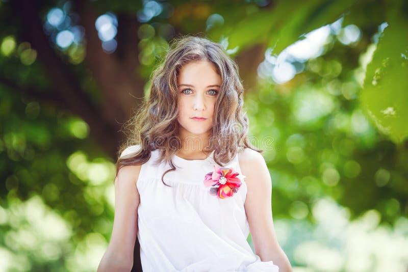 年轻美丽的女孩画象在公园 免版税库存图片