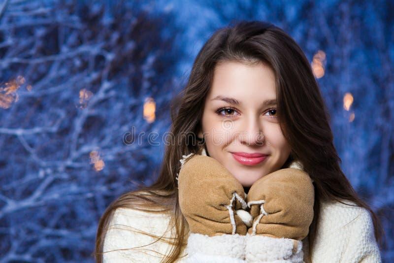 年轻美丽的女孩画象在冬天公园 免版税库存照片