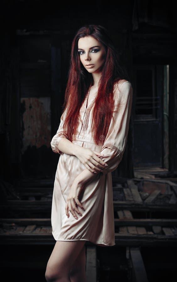 美丽的女孩画象在被放弃的废墟中的 库存照片