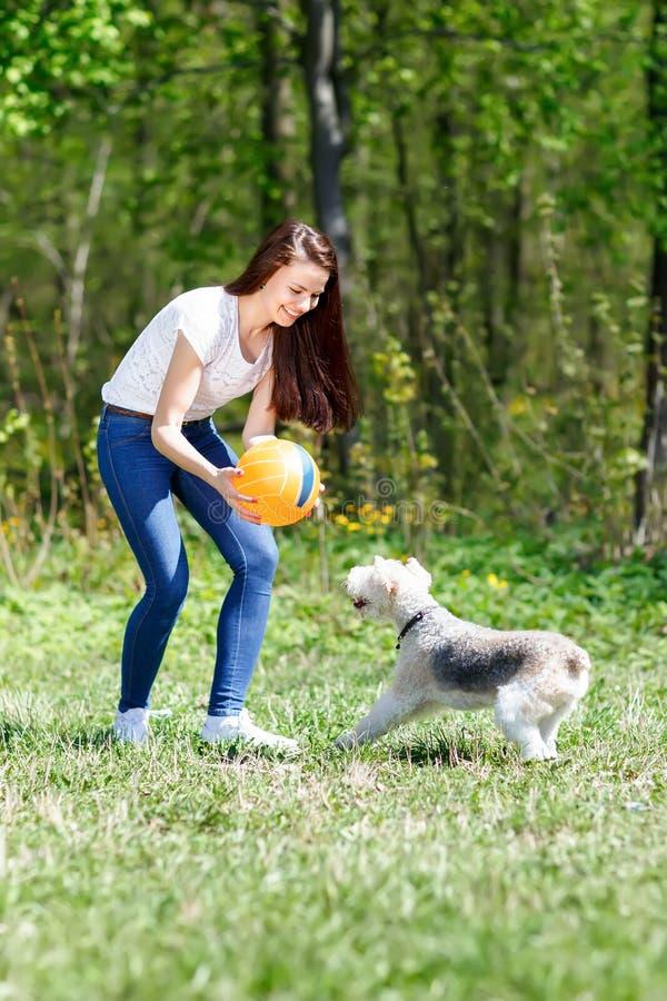 美丽的女孩画象有她的狗的 库存图片
