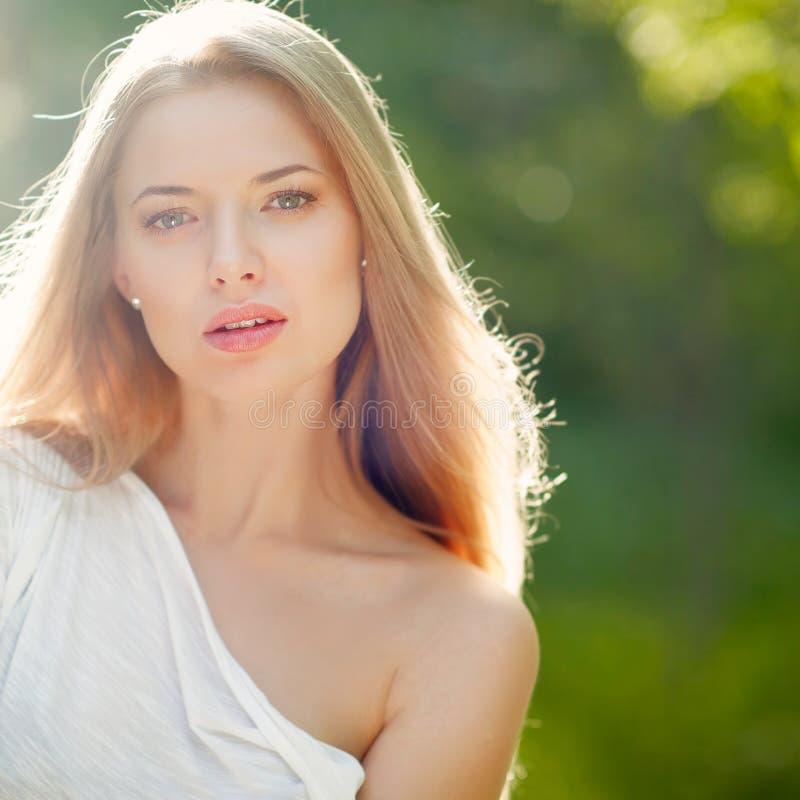 美丽的女孩画象有干净的皮肤的在俏丽的面孔 库存照片