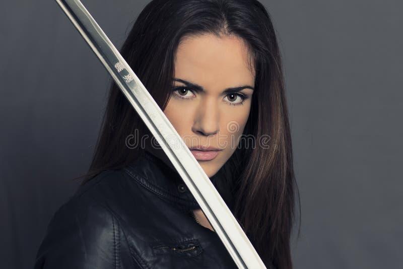 美丽的女孩画象有日本刀的 免版税图库摄影