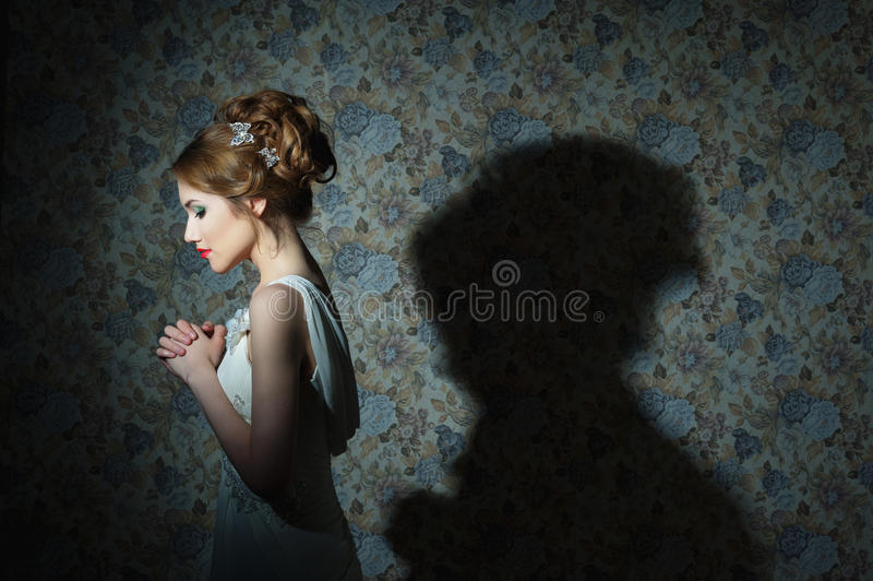 年轻美丽的女孩画象有波浪发的,时尚照片 库存照片