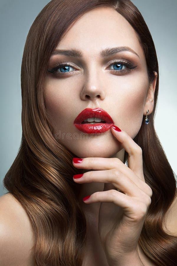 美丽的女孩画象有红色嘴唇的。 免版税库存图片