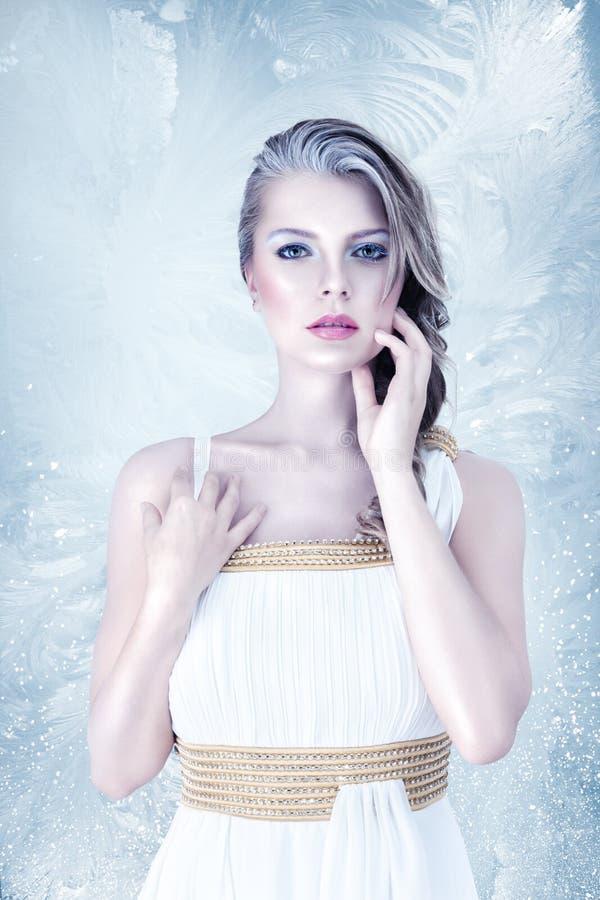 冻美丽的女孩 免版税图库摄影