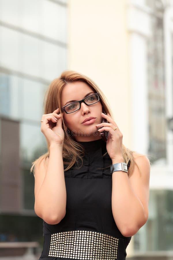Download 美丽的女实业家年轻人 库存图片. 图片 包括有 相当, 女性, 背包, 投反对票, 表面, 关闭, 女孩 - 15679377