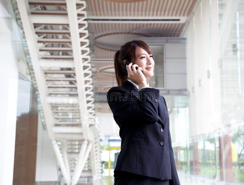 美丽的女实业家电话 图库摄影