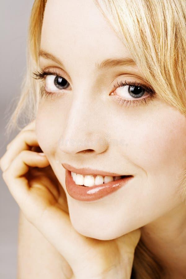 美丽的女性纵向微笑的年轻人 库存图片