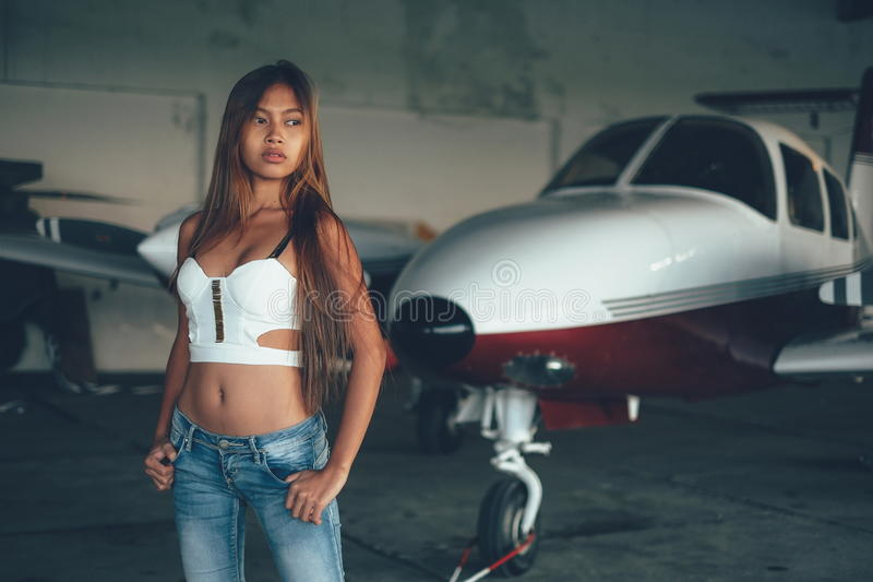 美丽的女性画象在飞机飞机棚,有现代ai的 免版税库存图片