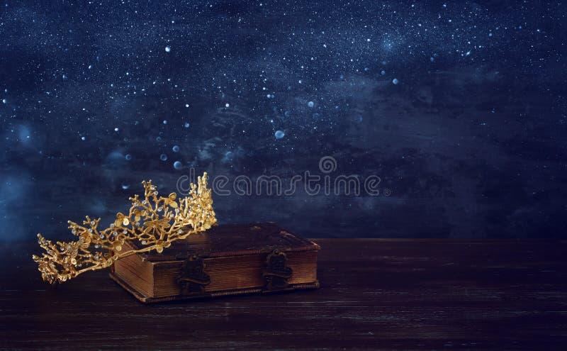 美丽的女王/王后冠的低调图象在旧书的 幻想中世纪期间 库存照片