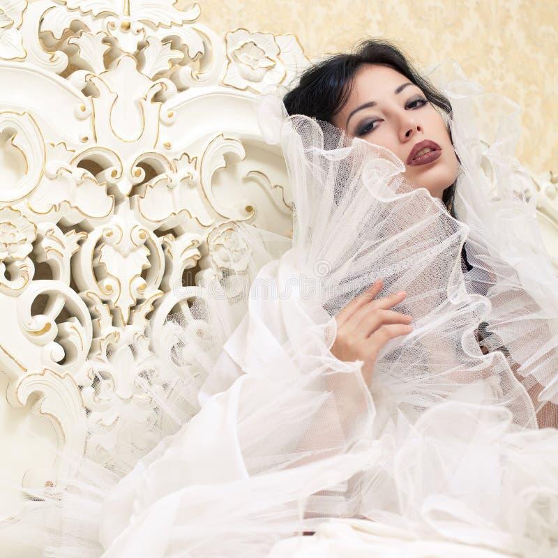 美丽的女王/王后葡萄酒画象喜欢女孩(新娘) 免版税库存照片