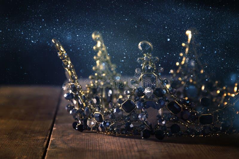 美丽的女王/王后/国王冠的低调图象 幻想中世纪期间 选择聚焦 免版税图库摄影