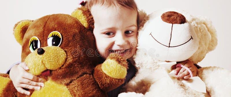 美丽的女婴使用与玩具熊童年的,喜悦, s 图库摄影