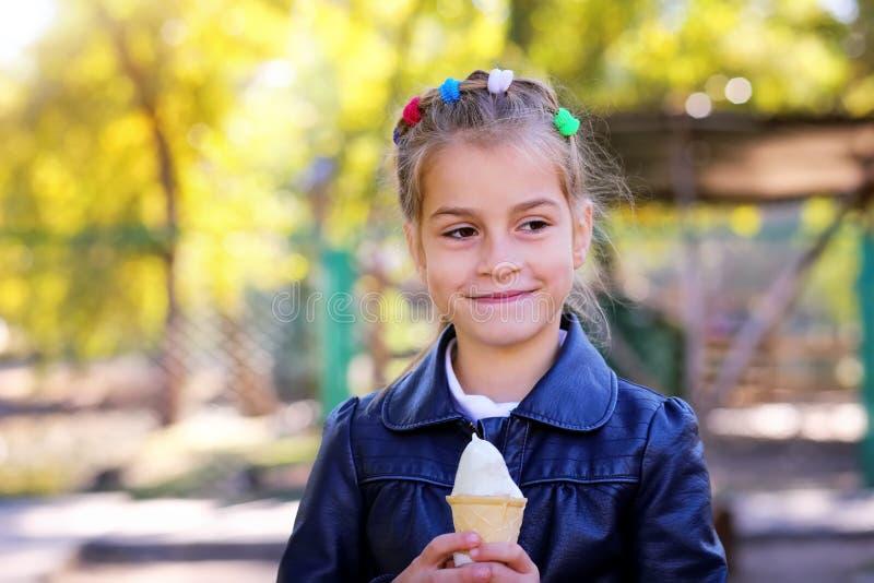 美丽的奶油少许吃女孩冰 免版税库存照片
