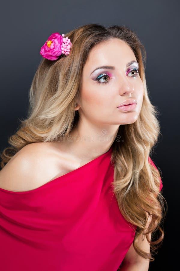 年轻美丽的妇女Сlose画象有明亮的构成的 库存照片
