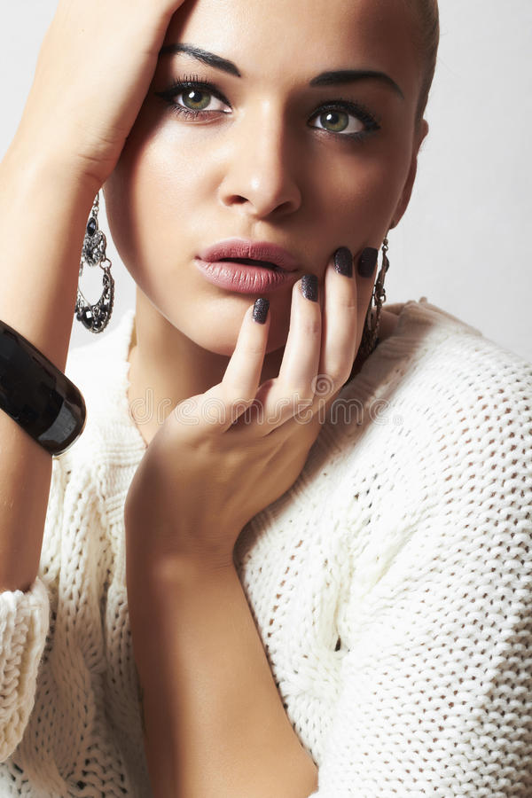 美丽的妇女。首饰和Beauty.girl.ornamentation.liquid沙子manicure.hairless 免版税库存照片