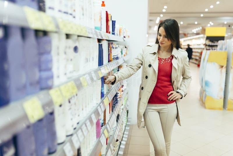 美丽的妇女买的身体关心产品 图库摄影