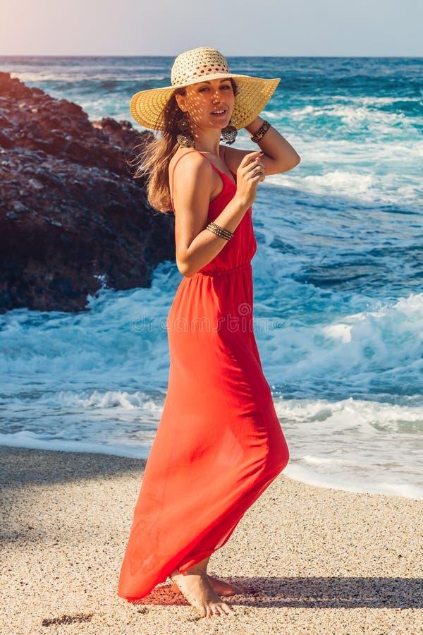 美丽的妇女享受波浪看法在晴朗的海滩的 变冷愉快的妇女  暑假概念 库存照片
