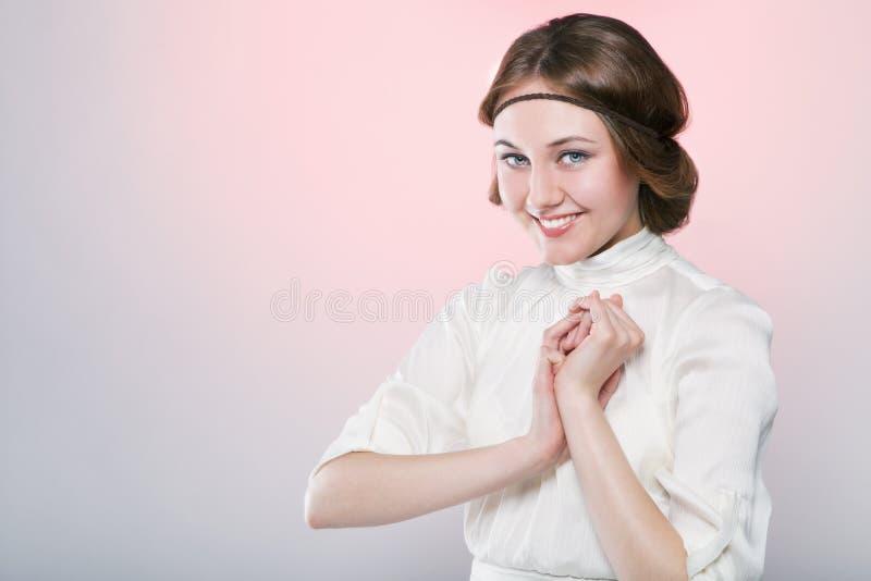 美丽的妇女减速火箭的样式画象有微笑的 免版税库存照片