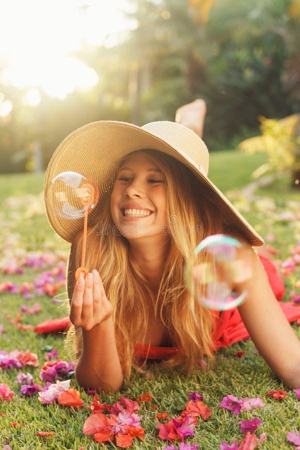 美丽的妇女吹的泡影 图库摄影