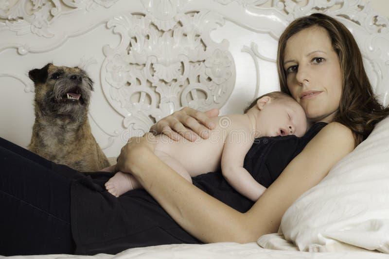 美丽的妇女和她新出生的婴孩 库存图片