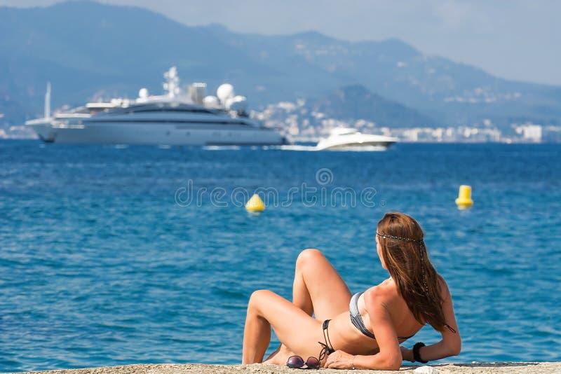 美丽的妇女和游艇在法国海滨 免版税库存图片