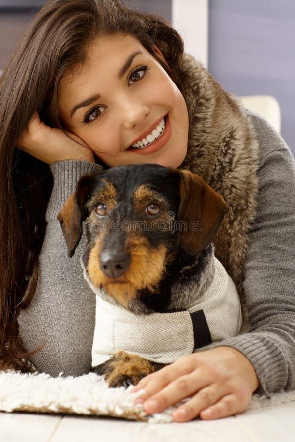 美丽的妇女和狗画象  免版税库存照片