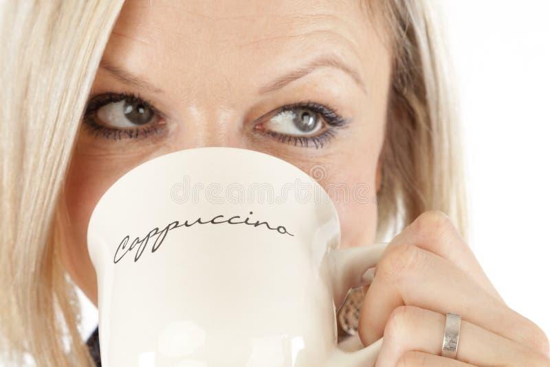美丽的妇女喝咖啡 库存照片