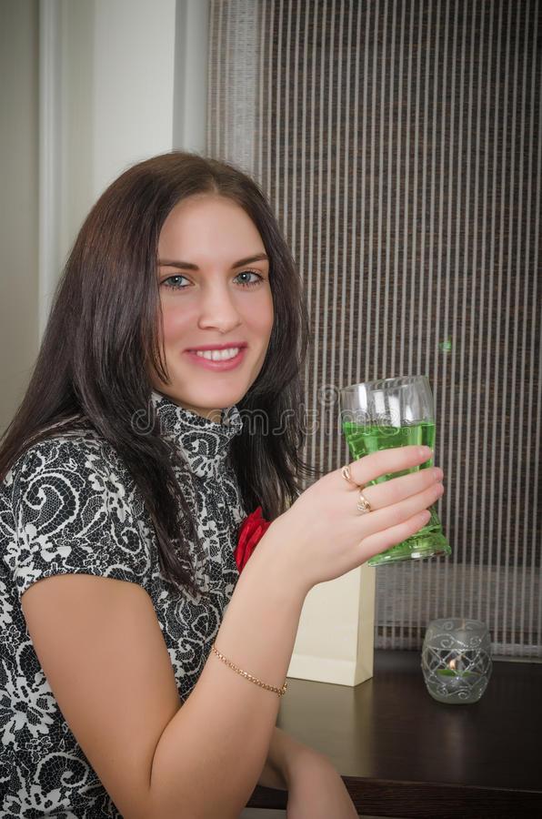 年轻美丽的妇女喝鸡尾酒 库存照片