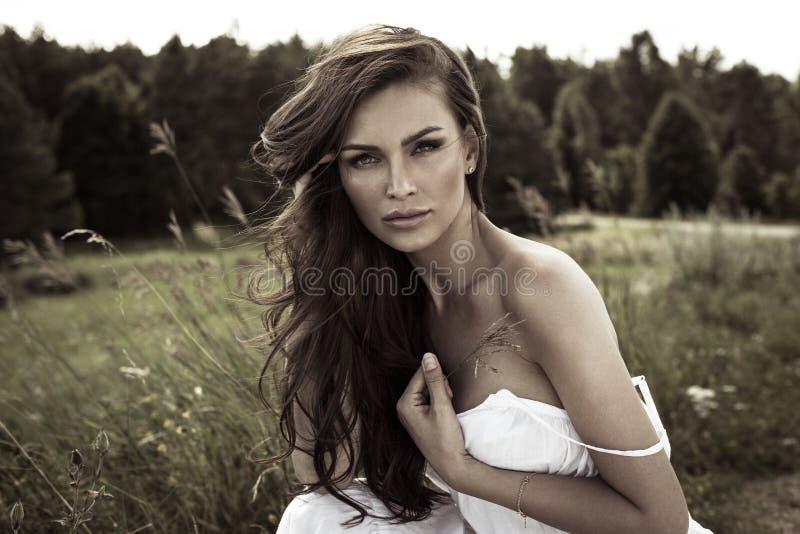 美丽的妇女在乡下 免版税图库摄影