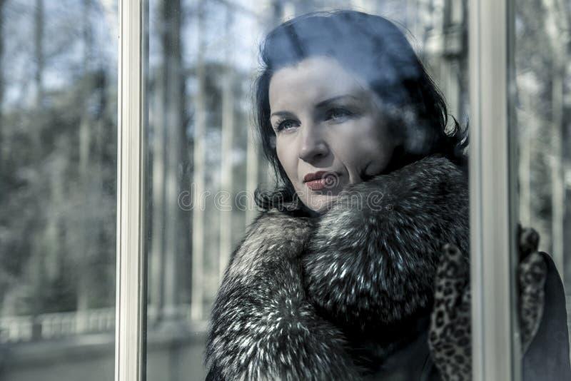 美丽的妇女在冬天。秀丽裘皮帽的时装模特儿女孩 库存图片