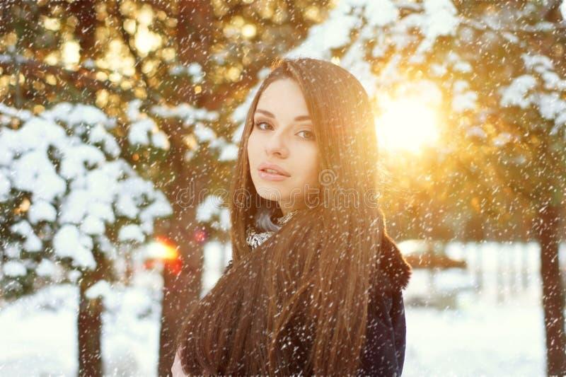 美丽的妇女在冬天森林里 免版税库存照片