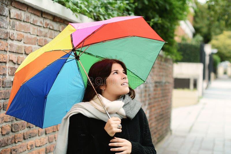 美丽的妇女在彩虹伞下 免版税库存照片